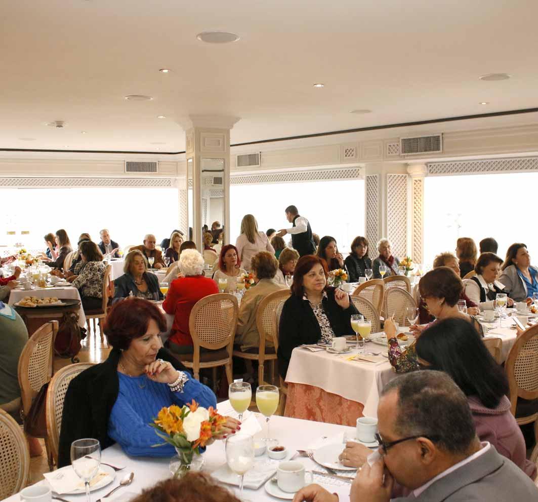 Descrição de imagem: Foto do ambiente do Terraço Itália com várias mesas e pessoas sentadas. Fim da descrição.