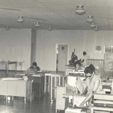 Foto em preto e branco da gráfica com os primeiros equipamentos para a impressão de livros Braille.