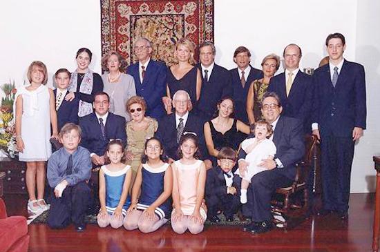Foto da família Nowill. Ao centro está Dorina com seu esposo Edward Nowill. À, sua volta estão filhos e netos.