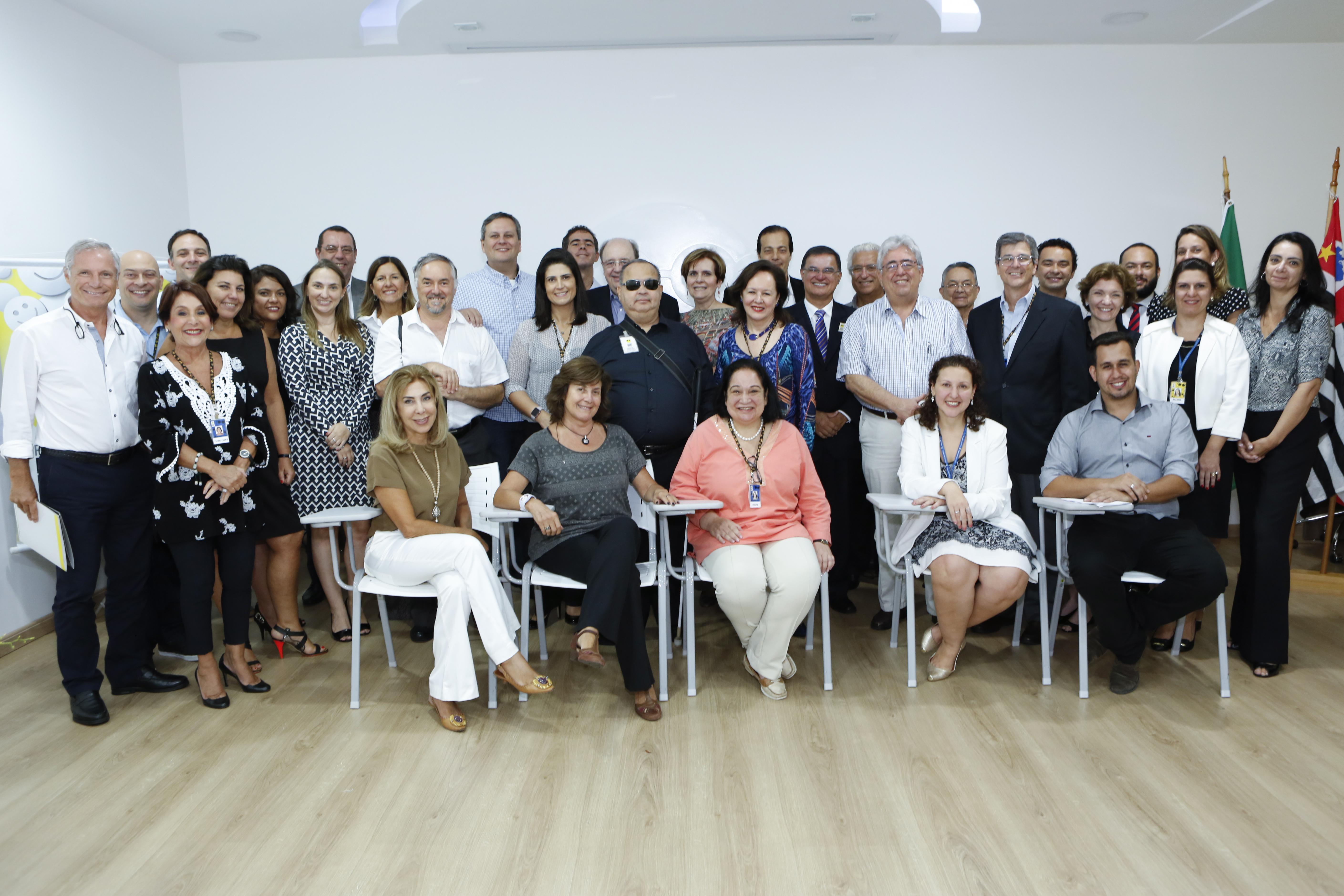 Foto de Ika Fleury com conselheiros e gestores na auditória da Fundação.