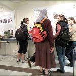 Foto de Visitantes no centro de memória da Fundação Dorina.