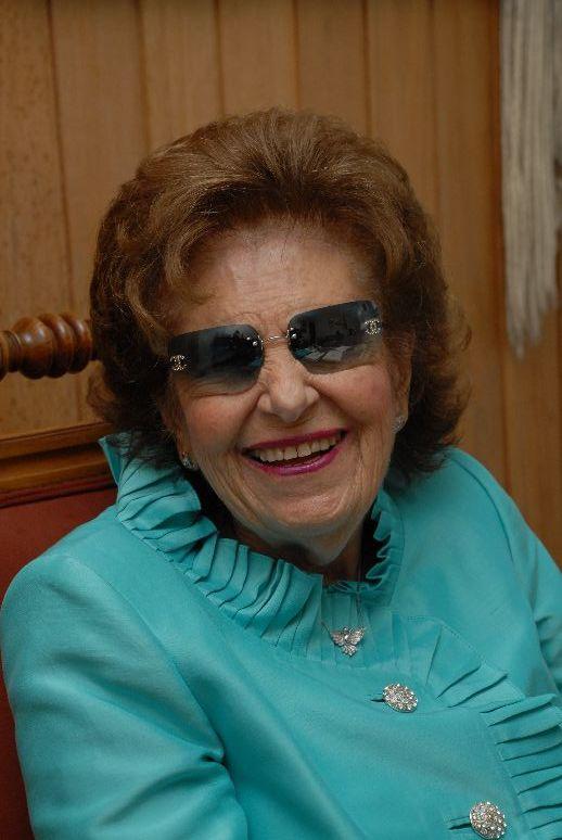 Foto de Dorina Nowill com blusa azul e óculos de sol