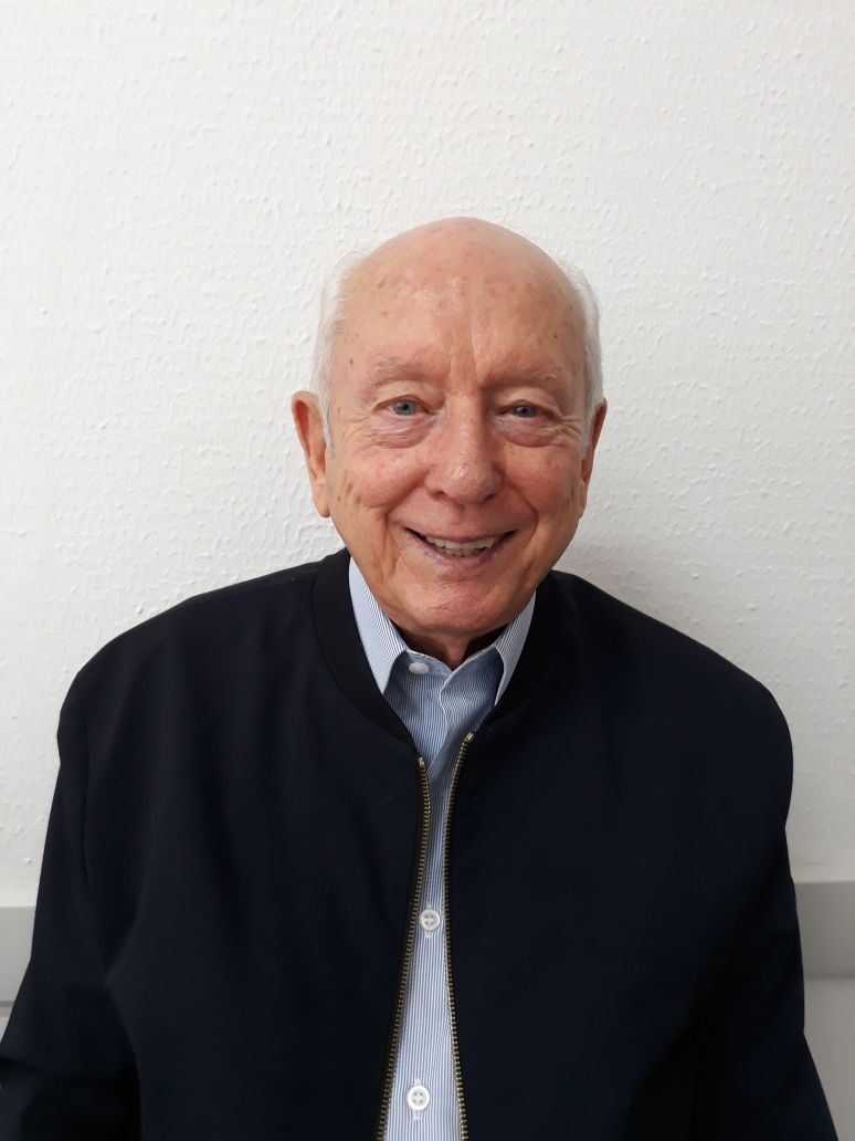 Imagem de Prof. Jesus Rudney Tabacchi. Veste camisa azul e jaqueta preta