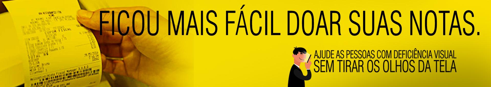 """Banner amarelo, com uma foto de uma mão segurando uma Nota Fiscal Paulista à esquerda. Com a frase em preto """"Ficou mais fácil doar suas notas."""". Na margem inferior direita tem uma ilustração de um homem com roupa preta segurando um celular próximo a tela e a frase em preto: """"Ajude as pessoas com deficiência visual sem tirar os olhos da tela""""."""