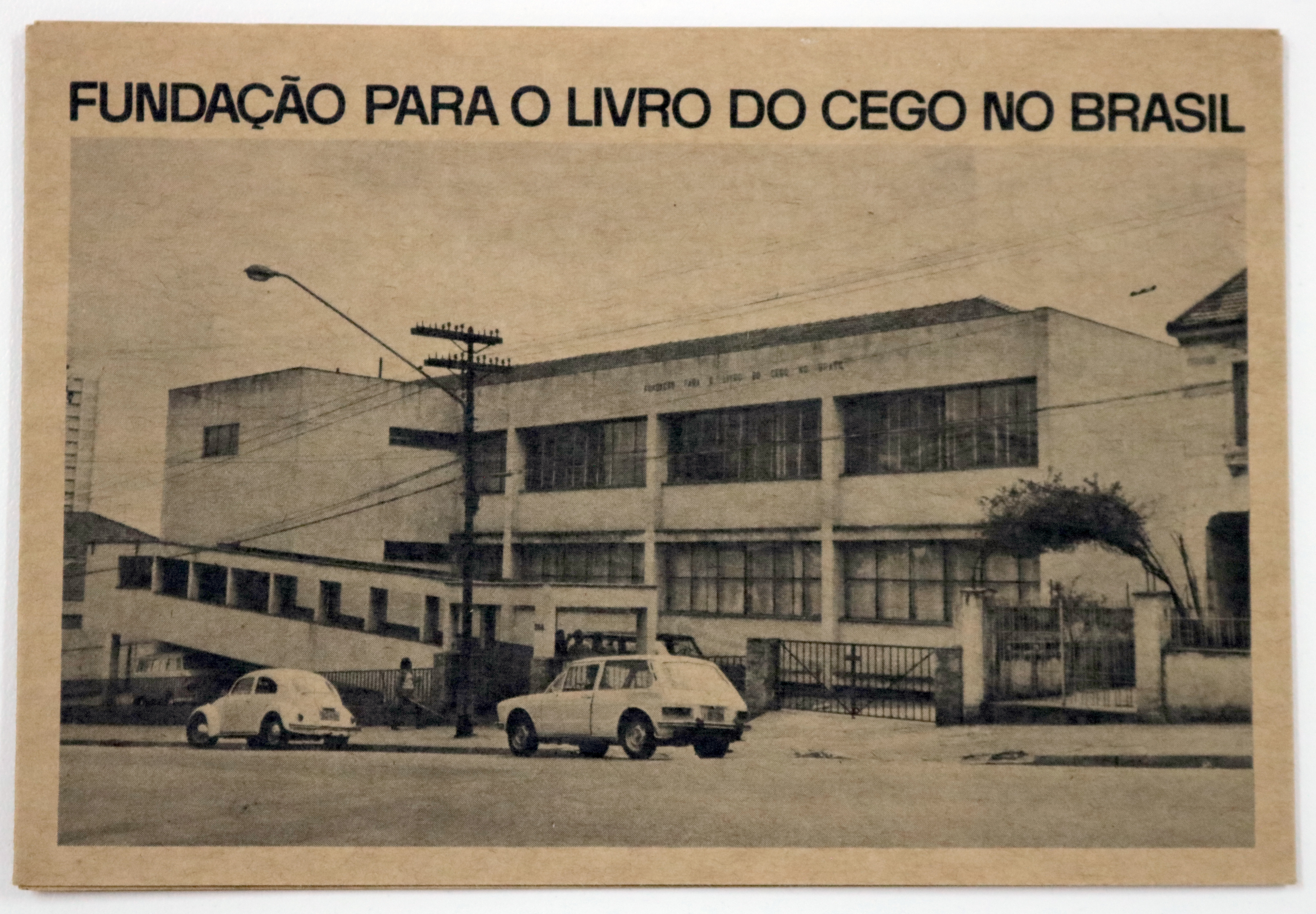 Foto da fachada da Fundação em preto e branco