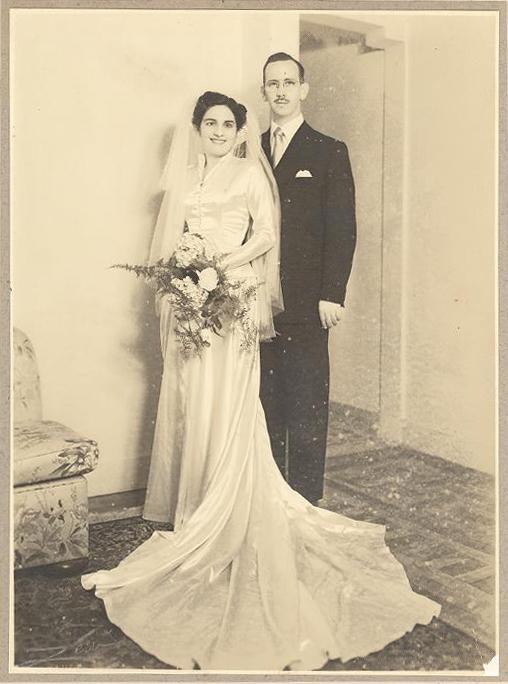 Foto de Dorina e Edward no dia do casamento, de pé, sorrindo.