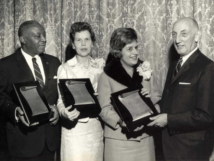 Foto em preto e branco de Dorina sorrindo recebendo o Prêmio