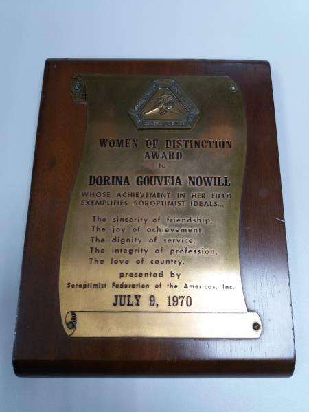 Foto em close da placa de homenagem do prêmio