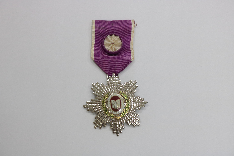 Foto em close da Medalha de Ordem do Mérito