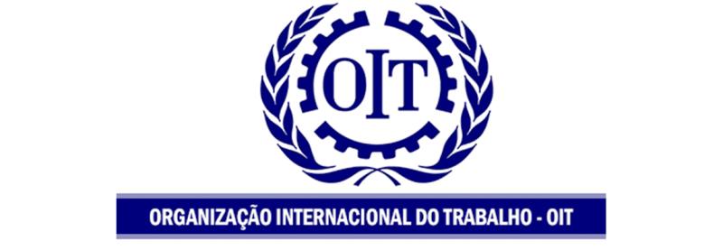 """Logo da Organização Internacional do Trabalho. Ele é azul e tem a sigla """"OIT"""", com o nome escrito embaixo."""