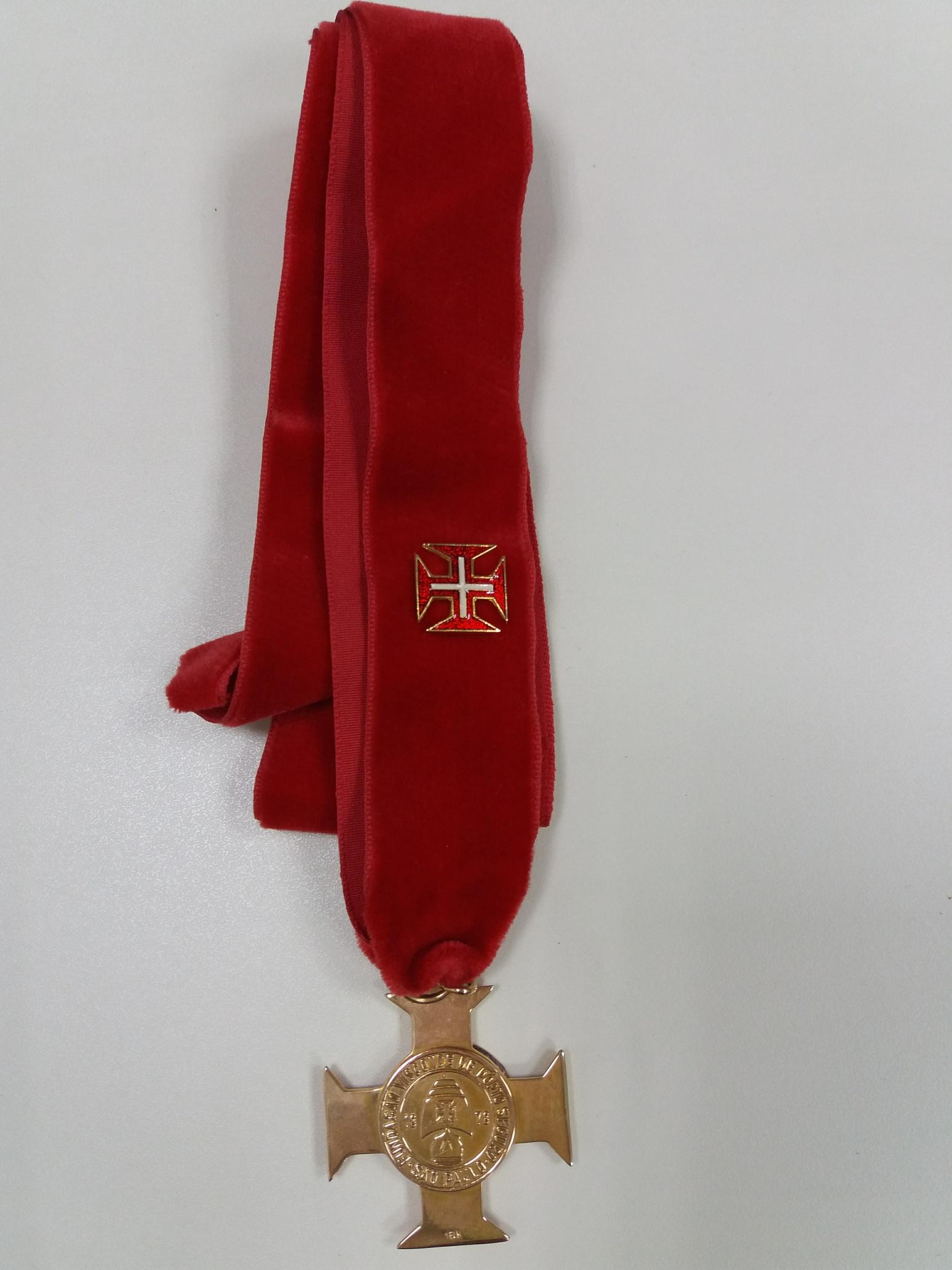 Foto da medalha dourada do Prêmio de Educação