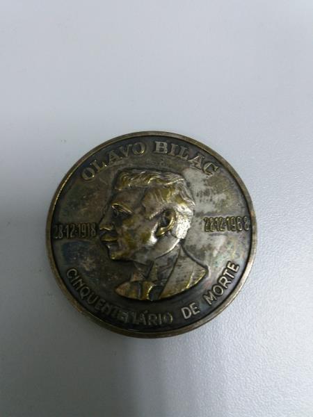 Foto em close da Medalha Olavo Bilac