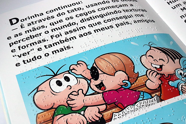 Descrição da imagem: foto de uma página do livro Como Dorinha Vê o Mundo. A personagem Dorinha toca o cabelo de Cebolinha. Mônica observa e ri.