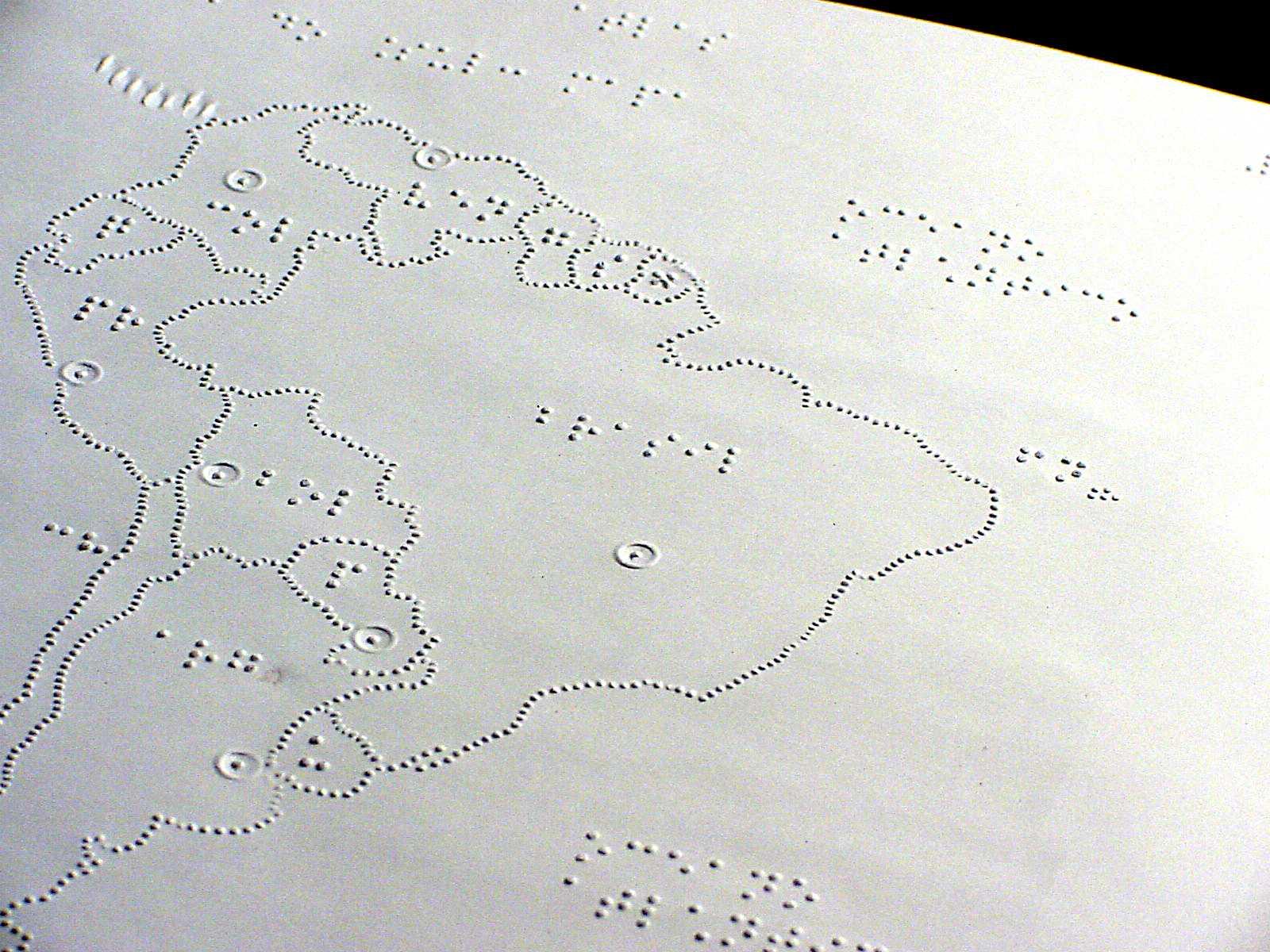 Imagem de uma página braille, com o desenho em relevo do mapa do Brasil.