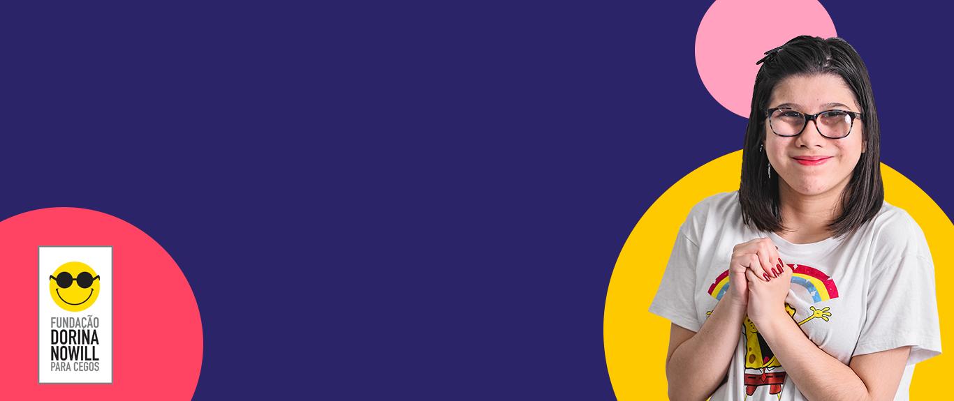Descrição da imagem 1: banner virtual com a foto de Laira, uma menina de 13 anos. Ela tem cabelos castanhos na altura dos ombros, usa óculos, camiseta branca e sorri discretamente.