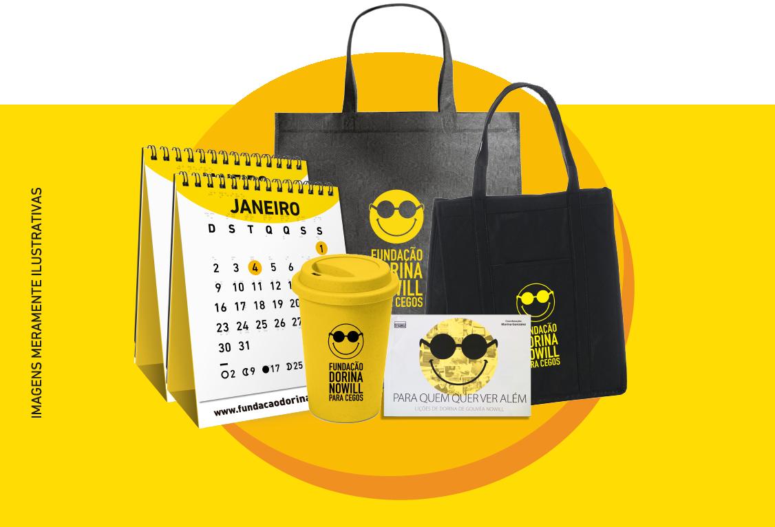 """Descrição da imagem: fotomontagem com dois calendários de mesa, um copo amarelo, duas escobags pretas e o livro """"Para quem quer ver além"""" (imagens meramente ilustrativas)."""