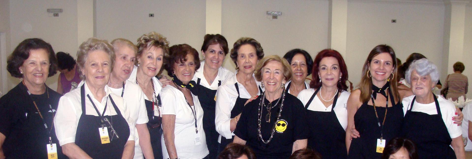 Foto de um grupo de voluntárias da fundação Dorina, sorrindo.