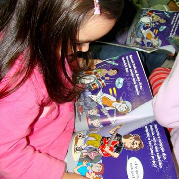 Foto de uma criança lendo um livro em Braille.