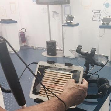 Foto de uma sala, onde o Daisy Reader está instalado em tablets para o público visitante.