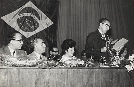 Foto em preto e branco de Dorina Nowill no evento em que recebeu o prémio de mestra do ano.