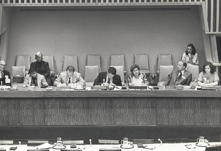 Foto em preto em Branco de Dorina Nowill na assembleia geral das nações unidas.