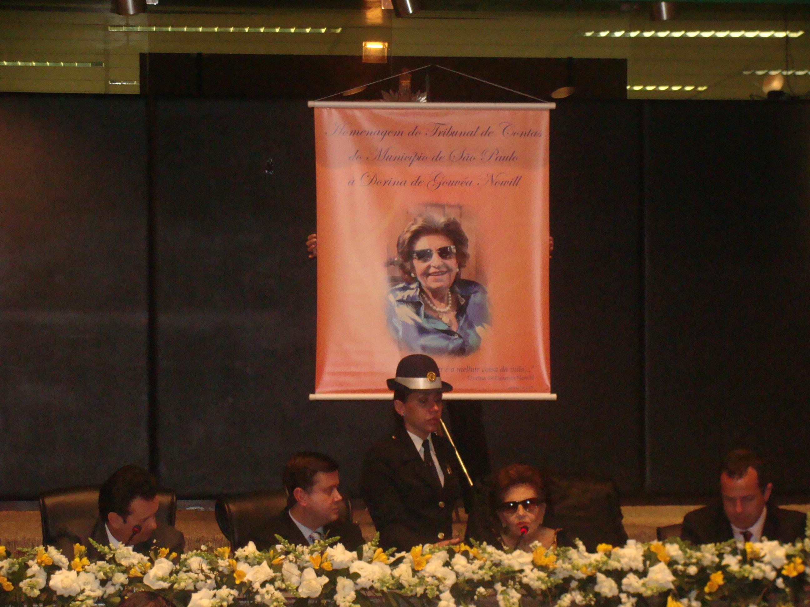 Foto de Dorina Nowill no tribunal de contas do Município de São Paulo.