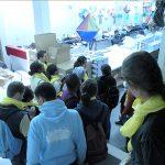 Foto de um grupo de visitantes descendo as escadas que dão acesso a gráfica da Fundação Dorina