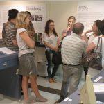 Na foto um grupo de visitantes está ouvindo a guia falando sobre o centro de memória.