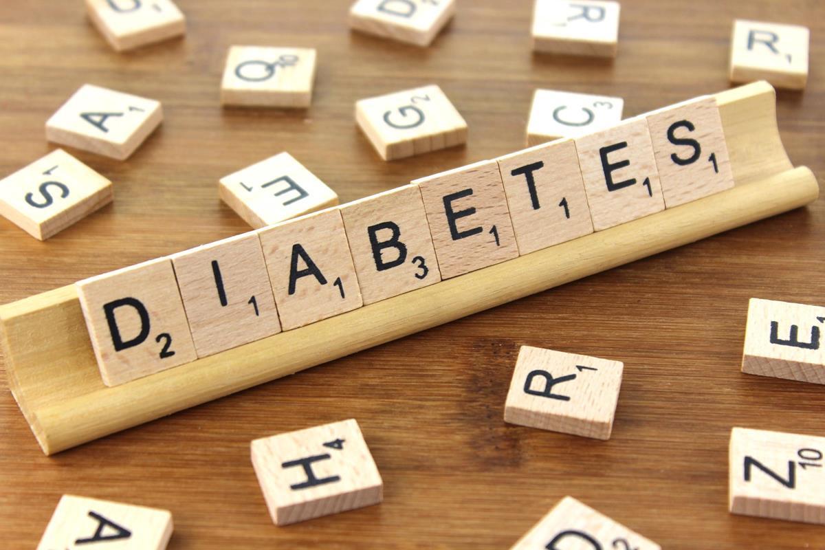 Descrição da imagem: foto de um letreiro de madeira formando a palavra Diabetes. Ao redor há várias outras letras espalhadas. Fim da descrição.