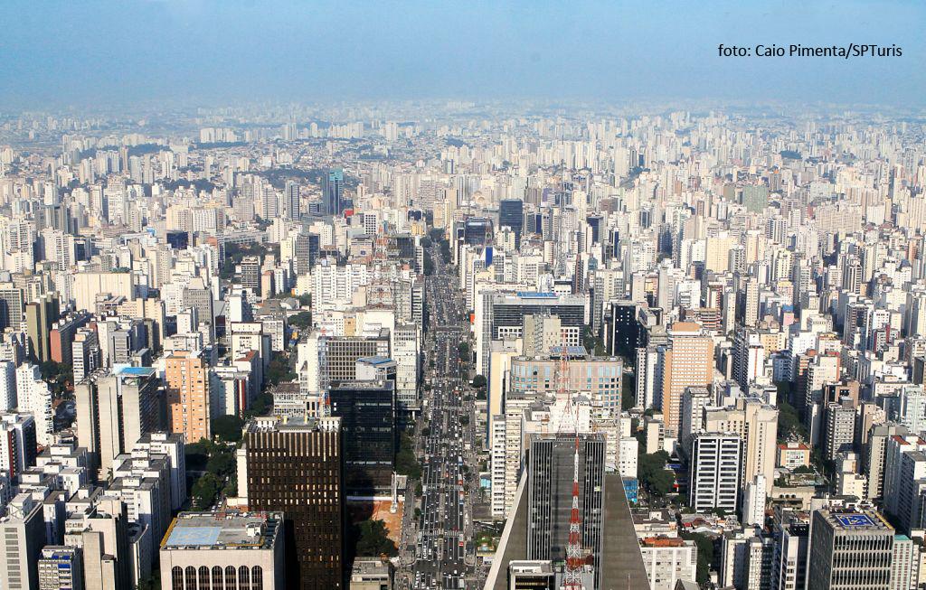 Descrição da imagem: foto aérea com centenas de prédios e a Av. Paulista ao centro. Fim da descrição.