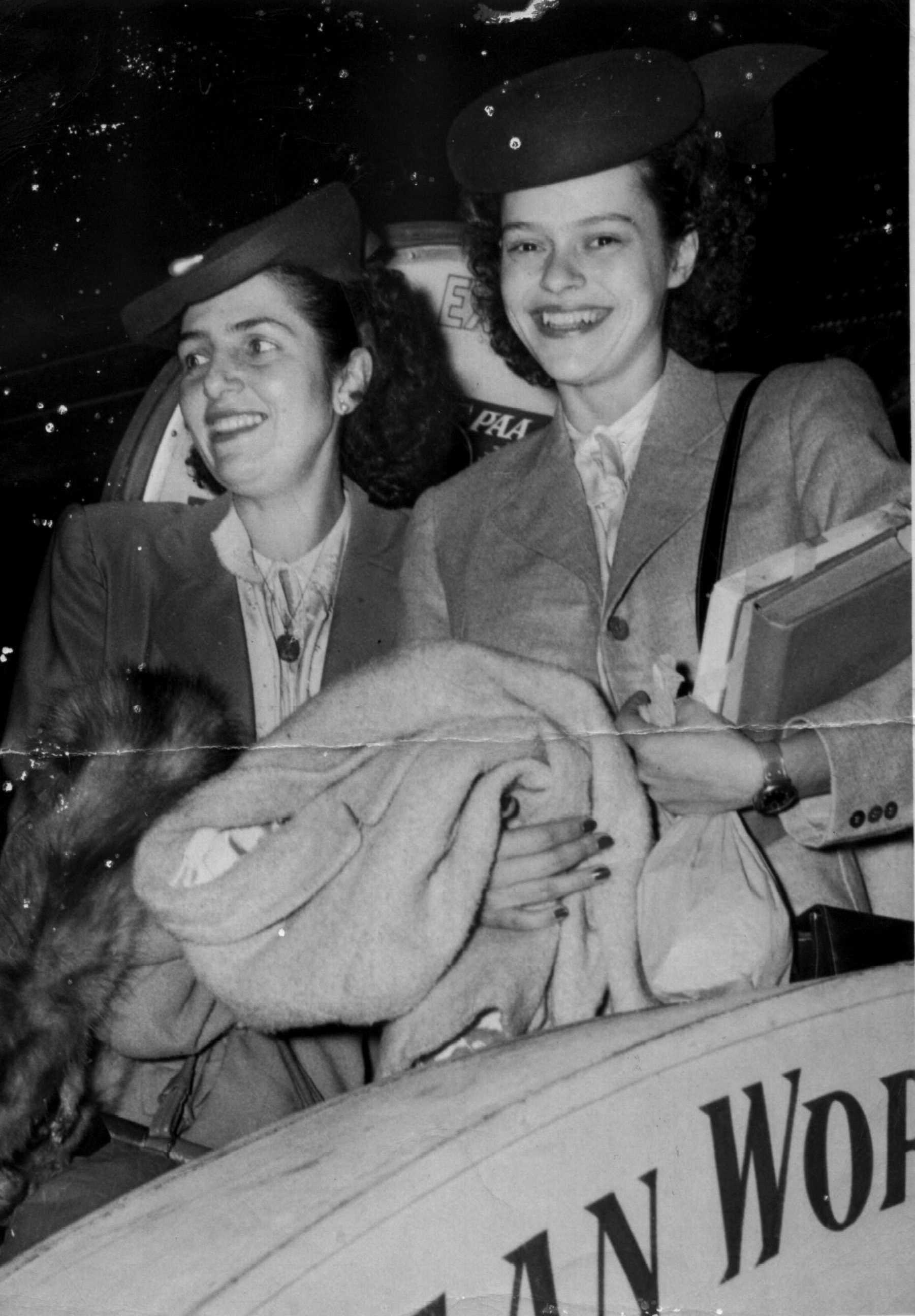 Foto de Dorina e outra mulher sorrindo
