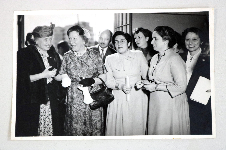 Foto de várias mulheres, dentre elas Dorina e Helen, em preto e branco