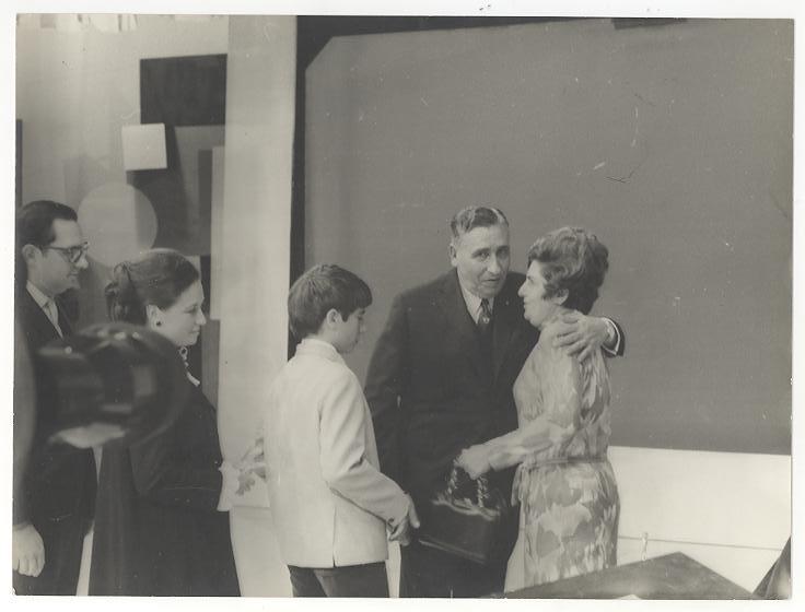 Foto em preto e branco de Dorina abraçando Assis