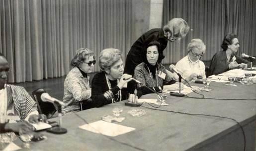 Foto de Dorina num palanque com outras cinco mulheres
