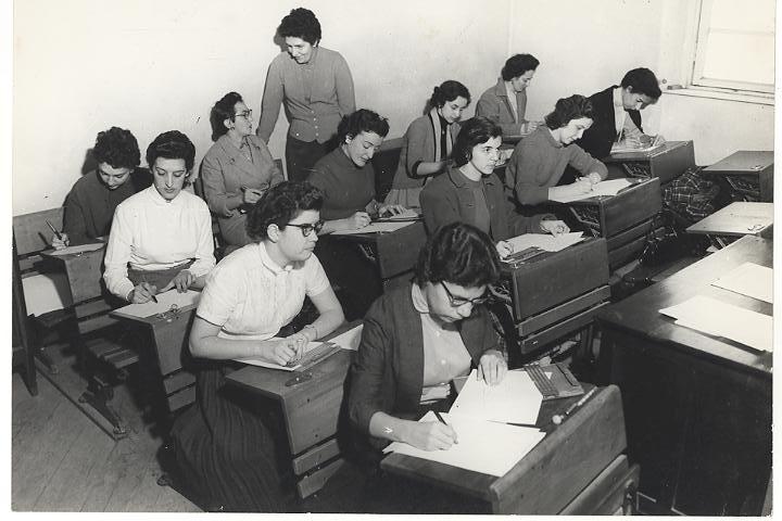 Foto em preto e branco de Dorina em sala de aula.