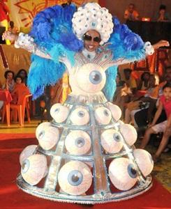 Foto de uma pessoa com a fantasia do desfile