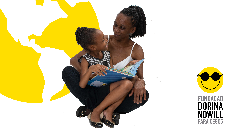 Imagem de fundo branco. À esquerda, está a ilustração na cor amarela de um mapa mundi. No centro da image, em primeiro plano, estão mãe e filha sentadas. A filha está sobre o colo da mãe, segurando um livro aberto. Ambas se olham e sorriem. No canto inferior direito está o logotipo da Fundação Dorina.