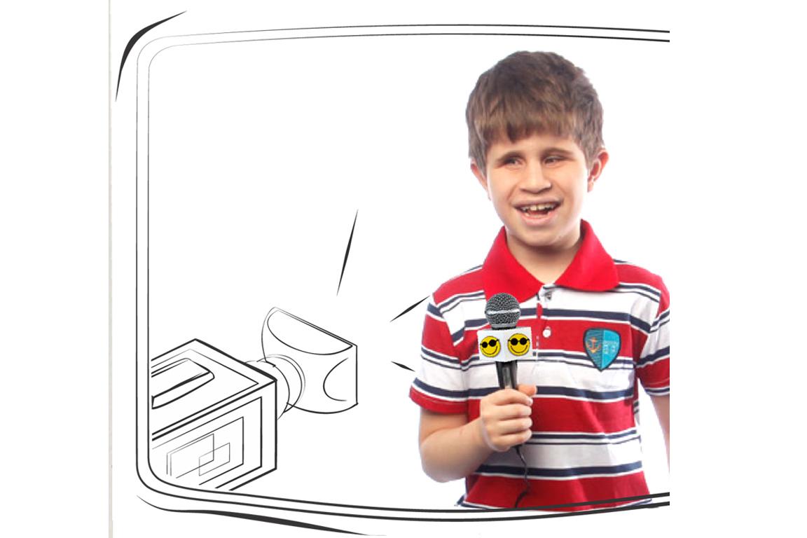 Descrição da imagem: foto de garoto segurando microfone de repórter com logotipo da Fundação Dorina e sorrindo. Ao lado esquerdo há ilustração de uma câmera de vídeo. O menino tem cerca de 9 anos, pele clara, cabelo curtos e castanhos e usa camisa polo listrada nas cores vermelha, azul e branca.